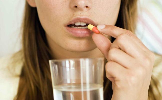 Принимают Амоксициллин внутрь, до либо после еды. Взрослым, детям старше 10 лет (вес больше 40 кг) назначают по 500 мг 3 раза/сутки