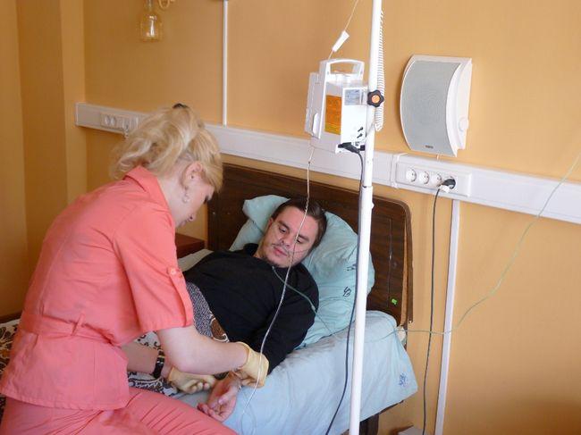 Пациент с анафилактическим шоком находится под постоянным присмотром медперсонала.