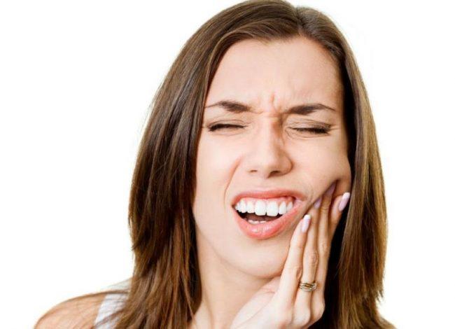 Боль в зубах зачастую сопровождается повышенной температурой, воспалением щеки, десен, общим ухудшением самочувствия