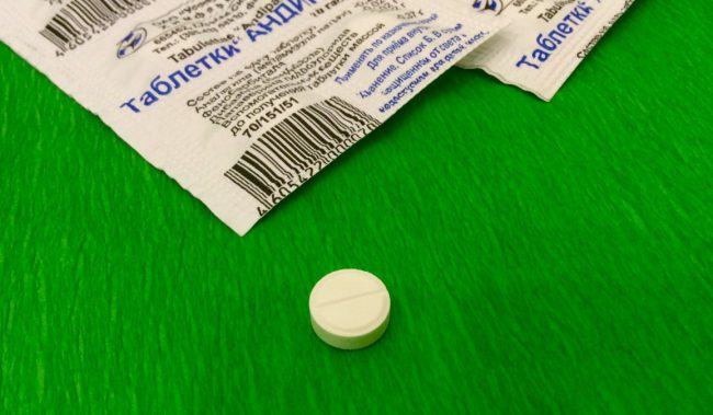 Показание препарата - болевой синдром, связанный со спазмом сосудов или гладких мышц внутренних органов