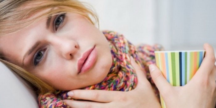 Острая боль в горле и резкое повышения температуры тела - один з симптомов ангины, которая в большинстве случаев лечиться антибиотиками