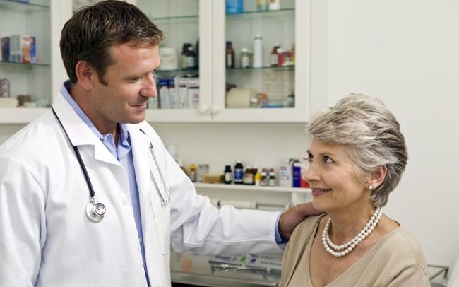Антикоагулянты нельзя принимать людям пожилого возраста, во время беременности, лактации и менструации