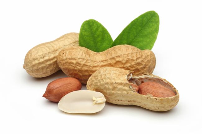 В земляном орехе содержится целый набор витаминов - А, группа В, D, Е, РР. Кроме того, о чрезвычайной пользе арахиса говорит наличие в нём уникальных аминокислот и растительных жиров