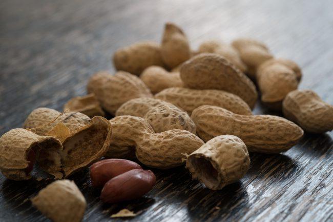 Крайне полезен арахис в борьбе с депрессивными состояниями, поскольку в нём содержится натуральная аминокислота триптофан, из которой в организме синтезируется серотонин, особый гормон, поднимающий настроение и устраняющий депрессии и фобии