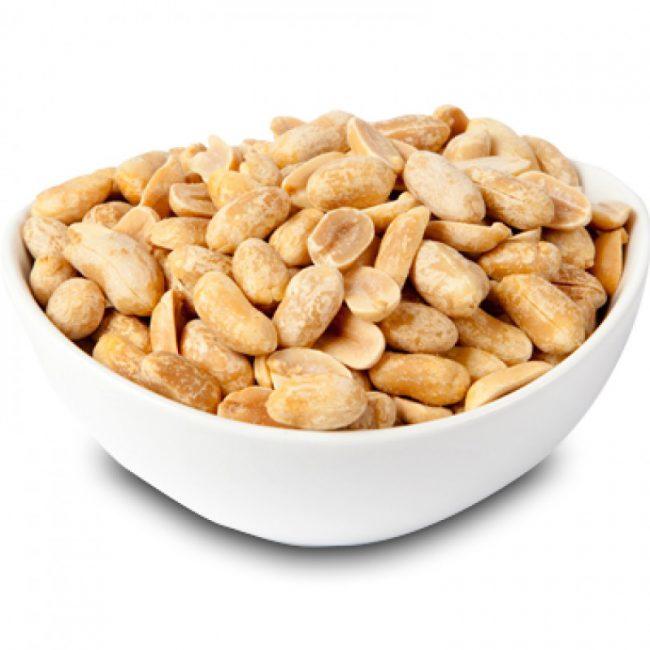 При всех полезных свойствах земляных орехов следует постоянно помнить о том, что сырой арахис способен на провокацию нарушений пищеварения