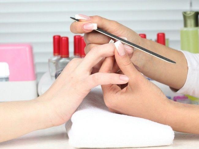 Лечение белых пятен нельзя совмещать с маникюром и любыми другими косметическими процедурами, связанными с ногтями
