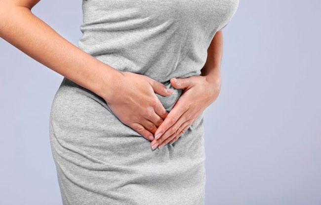 После биопсии шейки матки женщина в течение пяти дней может чувствовать незначительные тянущие боли внизу живота, которые могут носить схваткообразный характер