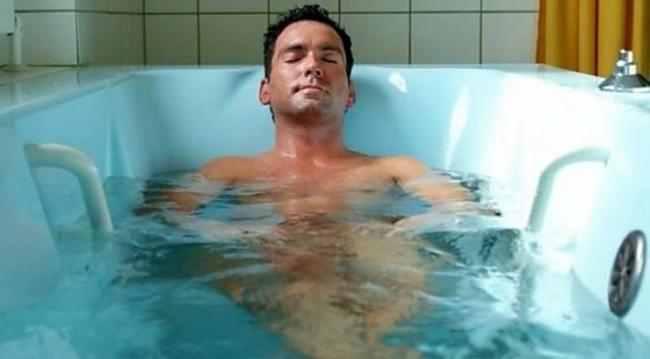 Для уменьшения болей в спине, врачи рекомендуют принимать ванны с добавлением трав и морской соли