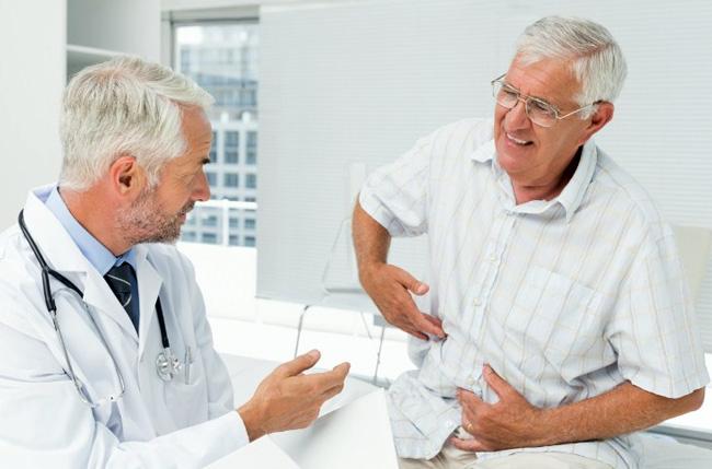 При заболеваниях органов ХКТ, возникает тупая боль в гудной клетке, которая сопровождается отрыжкой с неприятным вкусом, тошнотой и рвотными позывами, метеоризмом, изжогой
