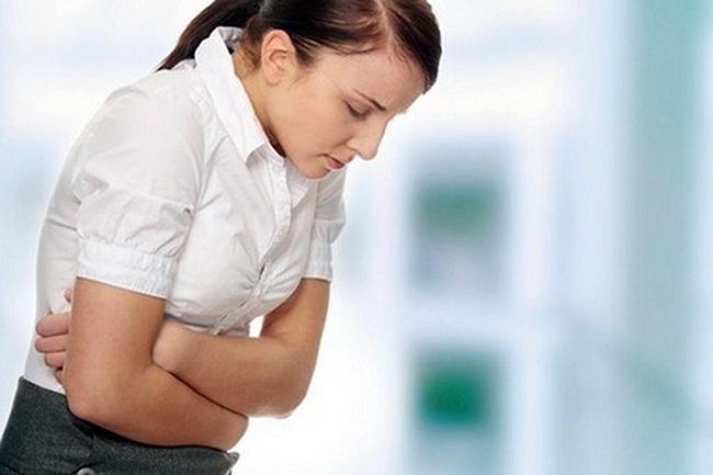Боли в области Солнечного сплетения, что сопровождаются тошнотой, могут указывать на язву, гастрит или опухоль