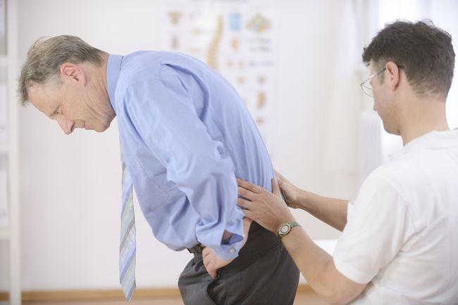 Самостоятельно лечить боли в пояснице не следует, врач должен провести осмотр и назначить правильное лечение