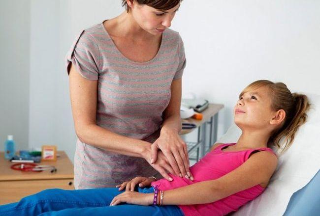 При болях живота у ребенка не стоит заниматься самолечением, медикаменты должен назначить врач