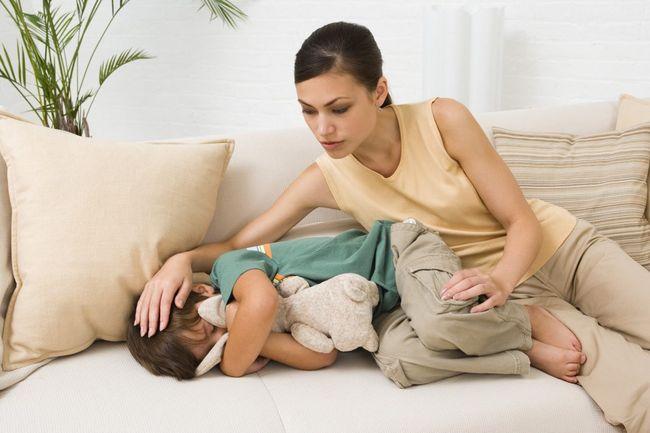 Болеть живот у ребенка может также из-за отравления