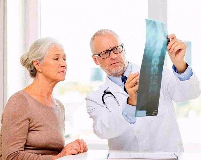 При первых симптомах необходимо немедленно обратиться к врачу