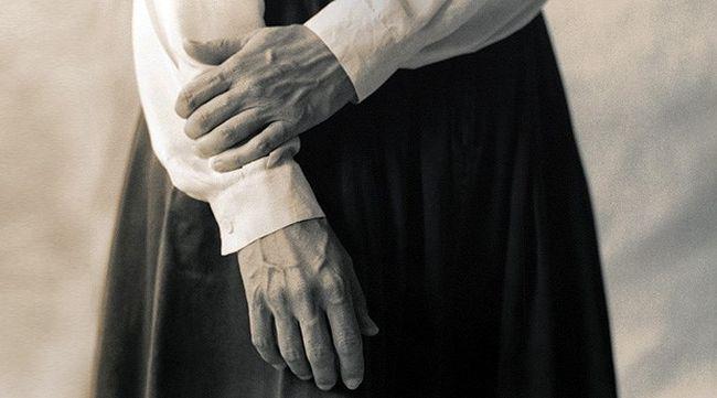 Дрожь в руках - один из основных признаков болезни Паркинсона