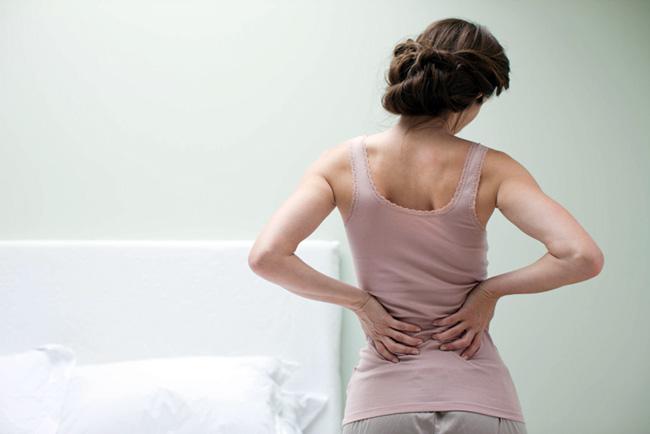 При простуде боли в спине могут быть вызваны интенсивным кашлем, но чаще неприятные ощущения возникают на фона активной работы иммуной системы