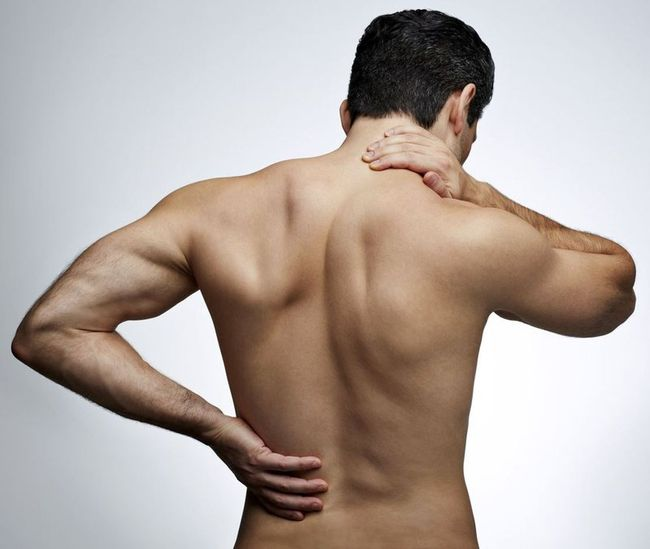 При длительных болях под левой лопаткой следует обратиться к терапевту, который поставит диагноз и направит на прием к узкому специалисту