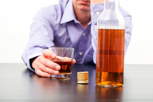 Одна из причин возникновения болей в печени - регулярное употребление спиртных напитков
