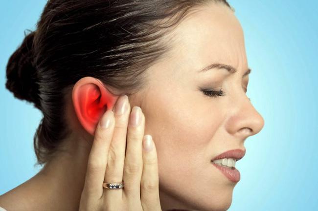 Причиной боли в ухе у взрослых может стать: отит, синусит, отомикоз, мастоидит, лимфаденит, кариес