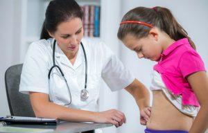 В случае с детьми следует внимательно наблюдать за его состоянием и при выявлении нескольких симптомов, а не только чисто боли в области пупка, следует немедленно обратится к врачу