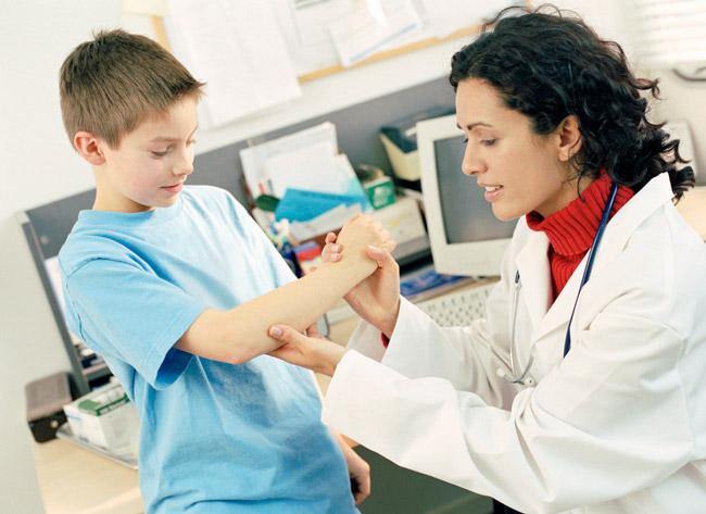 Если у ребенка болят суставы, необходимо сразу же проконсультироваться со специалистом
