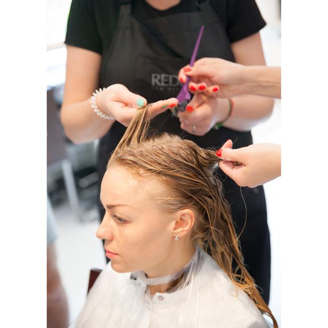 Делать ботокс для волос в домашних условиях позволяет значительно сэкономить.