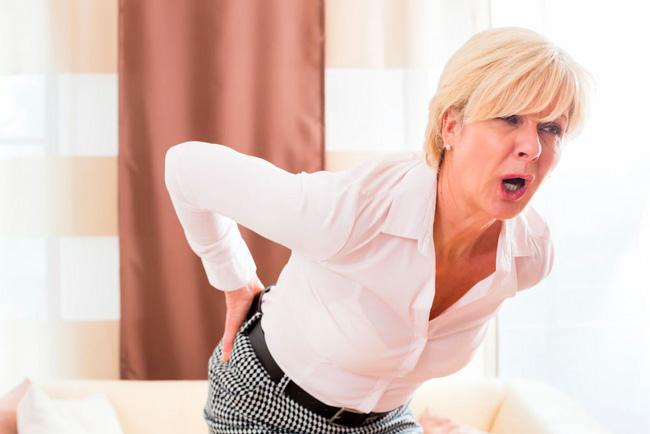 Симптомы люмбаго могут появляться не сразу, а постепенно. Это может быть тупая боль в пояснице в течение нескольких дней, которая внезапно усиливается и сковывает больного