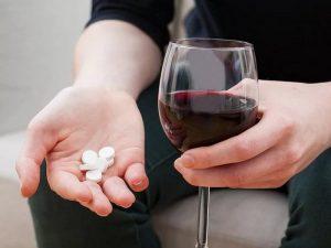 Алкоголь и Декарис несовместимы и их совместное применение добавит еще массу проблем сверху