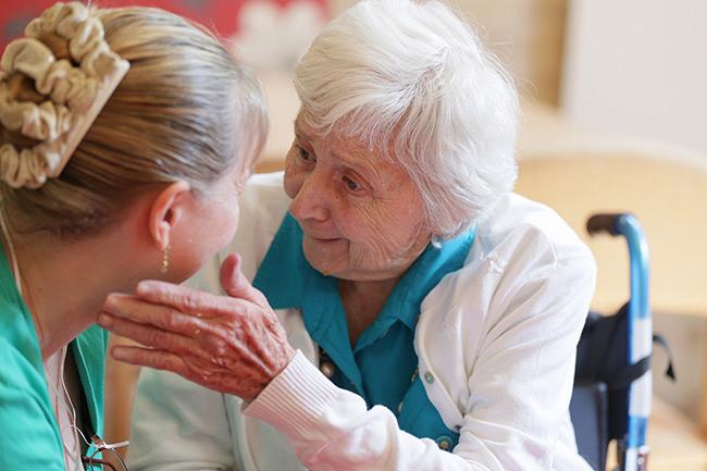 Если своевременно обнаружить старческую деменцию и начать лечить на начальной стадии, то есть все шансы уменьшить ее негативные последствия
