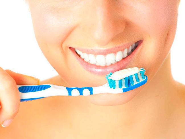Если зубной налет не удалять посредством регулярной чистки зубов, то со временем может появиться зубной камень, что приведет к воспалению окружающих зубы тканей и кровоточивости десен