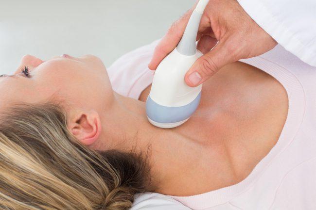 Нарушения в щитовидке воспалительного характера происходят из-за того, что иммунитет человека в силу ряда патологических причин начинает становиться агрессивным к щитовидке