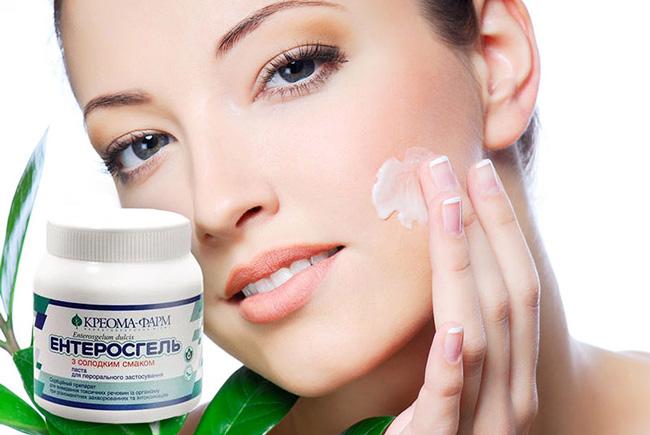Энтеросгель эффективен в борьбе с прыщами на лице, при этом его принимают внутрь и наносят на кожу лица