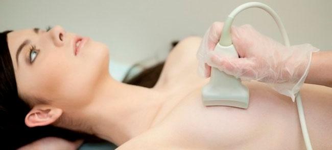 УЗИ молочных желез поможет определить внутреннюю структуру груди, характер опухоли, ее локализацию и уровень распространения, также врач увидит, какая область поражена, и какие мероприятия по удалению нужно предпринять