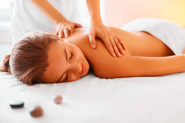 Добиться физического и психологического расслабления можно с помощью ароматерапии, а также массажа