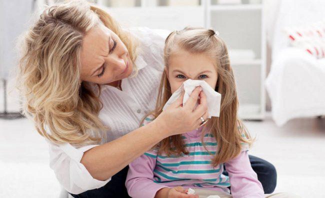 Не рекомендуется применять противокашлевые лекарства при остром бронхите, пневмонии и других болезнях, при которых интенсивно выделяется мокрота