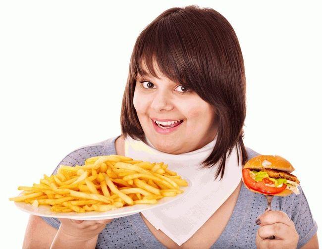 Гастродуоденит может возникнуть из-за привычки есть слишком горячую, острую, жареную пищу, копчености и соленья, а также чрезмерное употребление алкоголя