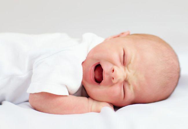 При низком гемоглобине у малыша могут наблюдаться колики