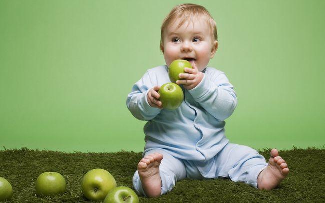 Ребенок должен регулярно употреблять яблоки и другие полезные фрукты и овощи