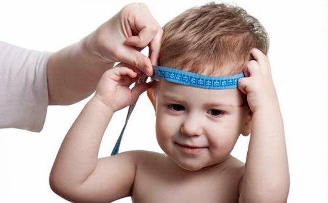 У здорового новорожденного, обхват головы на 1-2 см больше обхвата груди, к шести месяцам, в норме, пропорции меняются в сторону увеличения груди