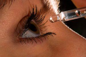 Перед началом использования глазной мази Гидрокортизона нужно проконсультироваться с опытным офтальмологом, особенно, если вы носите окуляры или линзы