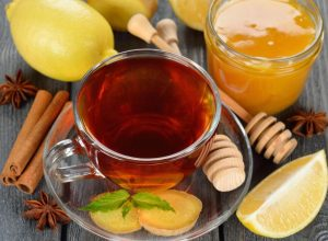 При простуде также можно приготовить лекарственный чай из травы шалфея, лимона и чеснока, в который нужно добавлять ложку меда перед употреблением