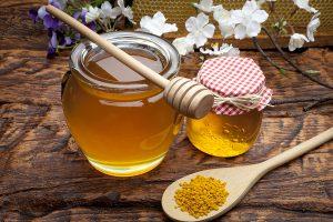 Мед также используют при различных заболеваниях горла, а эффект от такого лечения будет на лицо, поскольку мед содержит активные антибактериальные вещества