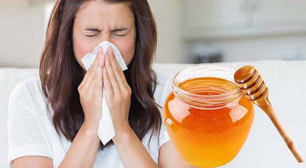 Для лечения насморка также используют мед в сочетании с такими природными антисептиками как, листья алое и лука, что способствует быстрому выздоровлению