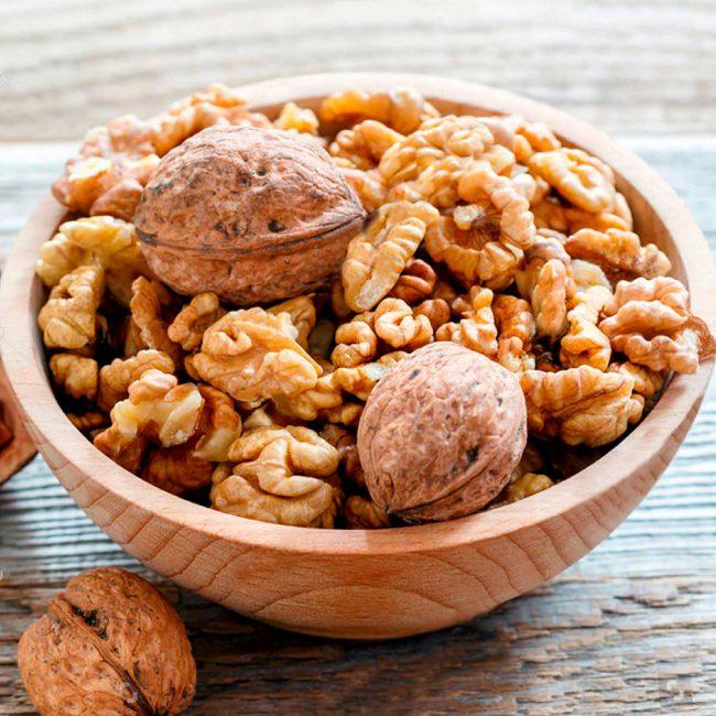 Грецкий орех является одним из самых калорийных: 630-670 ккал на 100 г. Несмотря на высокую энергетическую ценность, диетологи советуют включать его в рацион