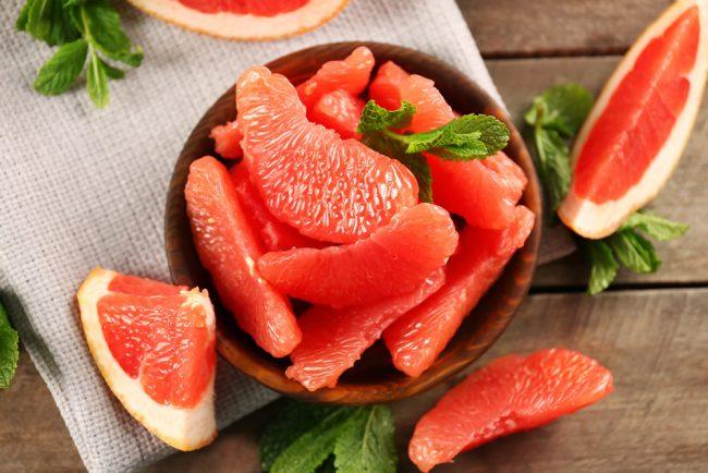 Как и все цитрусовые, грейпфрут обладает важными для человеческого организма веществами. Он богат важными витаминами В2, С, Р, провитамином А - каротином, кальцием, калием, клетчаткой, органическими кислотами и эфирными маслами