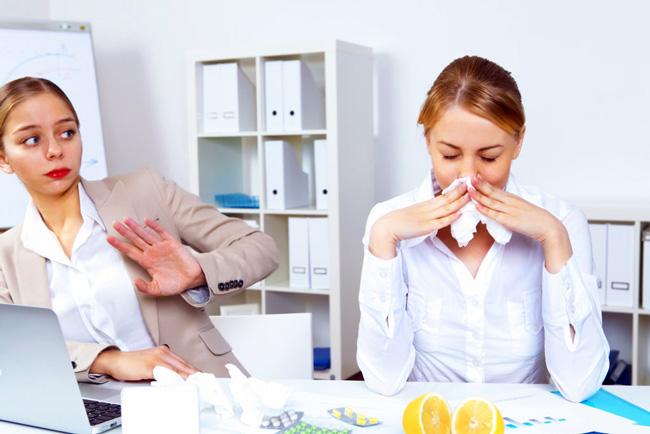 Заражение гриппом происходит контактно-бытовым и воздушно-капельным путем, поэтому стоит ограничить контакт с заразившимися людьми