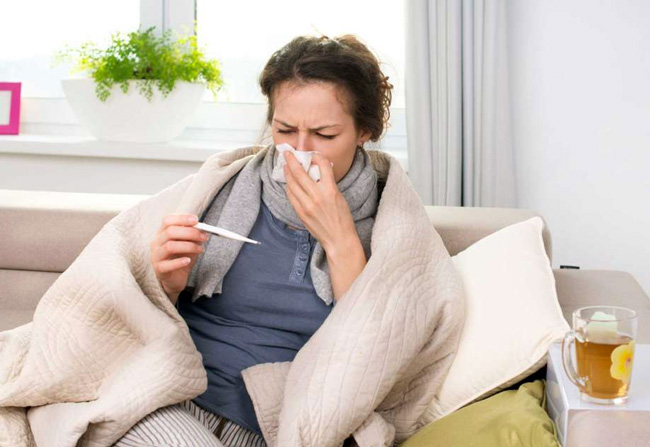 Грипп характеризуется высокой температурой до 39-40 градусов, повышенной слабостью, возможен кашель и насморк