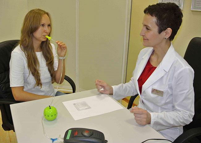Дыхательный тест на хеликобактер обладает чувствительностью почти в 90 %, однако, перед данным исследованием важно качественно почистить не только зубы, но и язык и горло, чтобы исключить ложные результаты тестирования