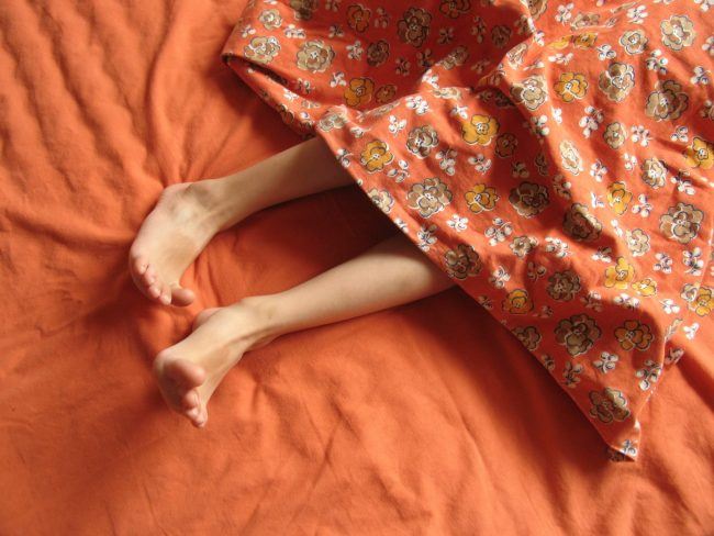 Нарушение сна. Дело в том, что возникновение неприятных ощущений в ногах сопряжено с суточным ритмом. Как правило, они появляются через несколько минут после отхода ко сну, а значит, не дают заснуть
