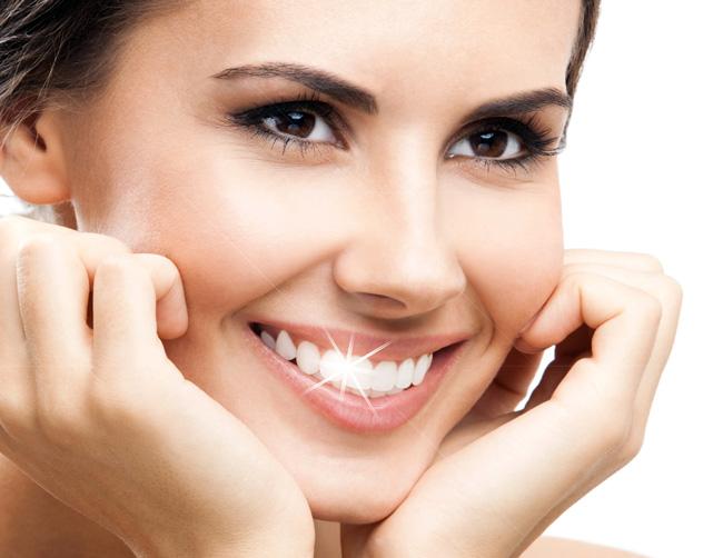 Процедуру отбеливания зубов можно пройти не только у стоматолога, улучшить состояние зубов и получить белоснежную улыбку можно и в домашних условиях